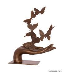 Bronzen beelden en romantische tuinmeubelen